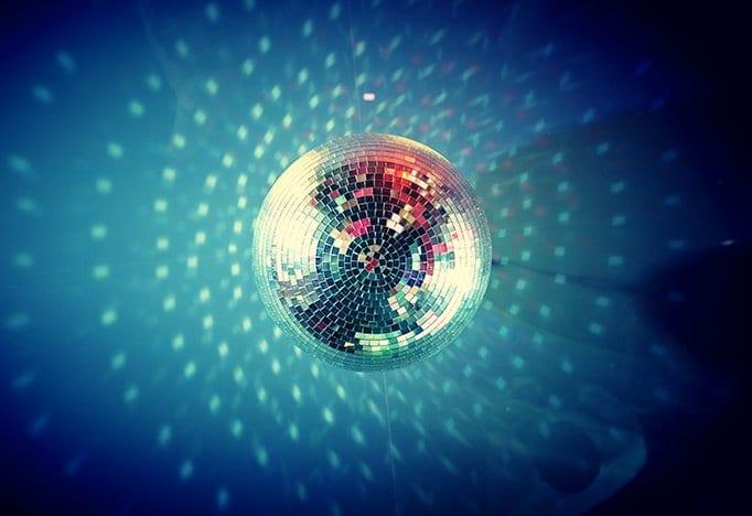 Bedrijfsfeestdokter feestthema disco inferno